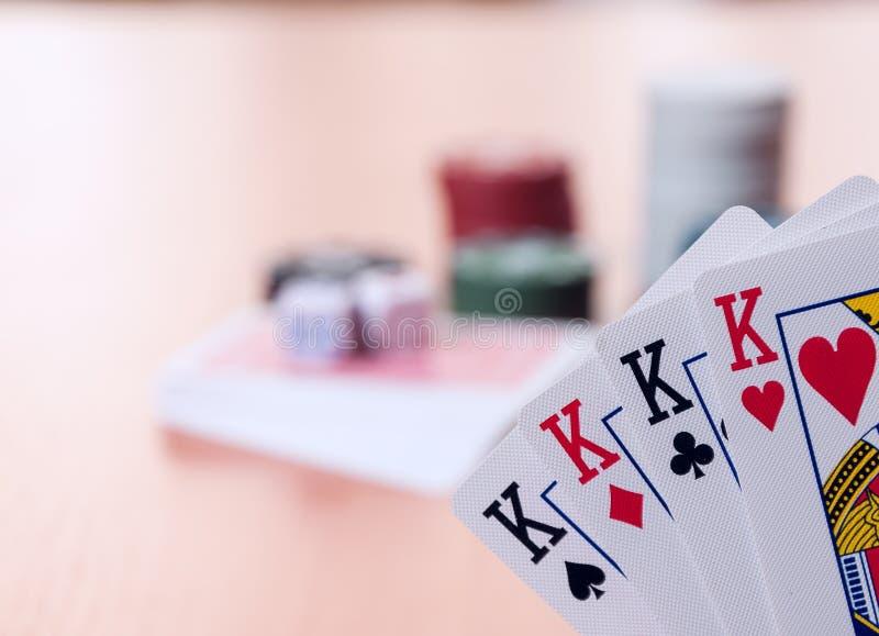 Fichas de póker y naipes genéricos imagen de archivo libre de regalías