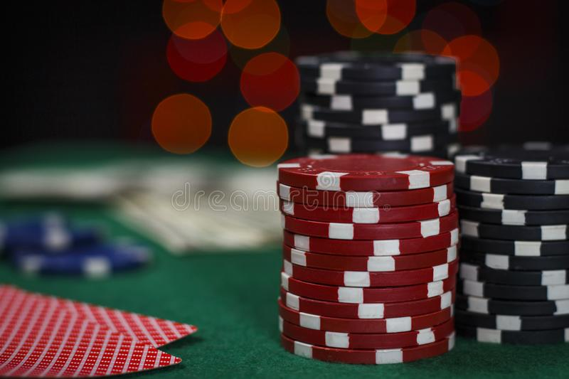 Fichas de póker y tarjetas en la tabla foto de archivo
