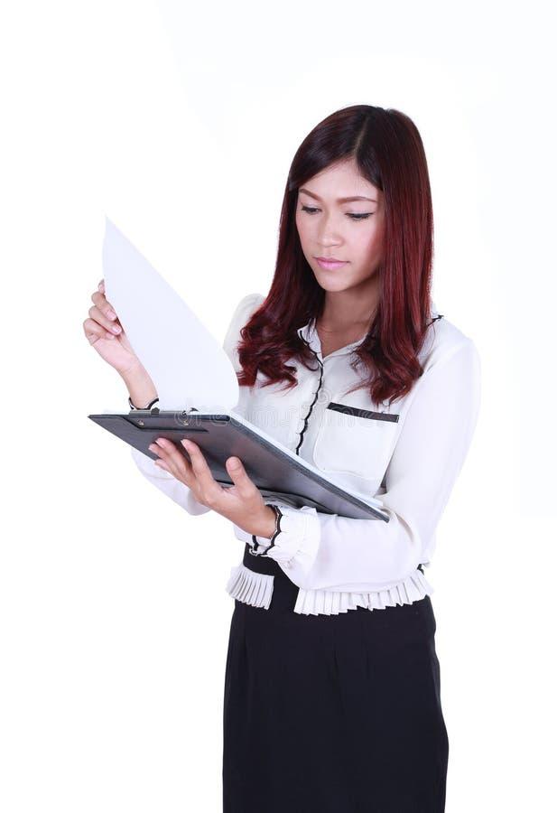 Fichero de documento de la lectura de la mujer de negocios aislado en blanco imagenes de archivo