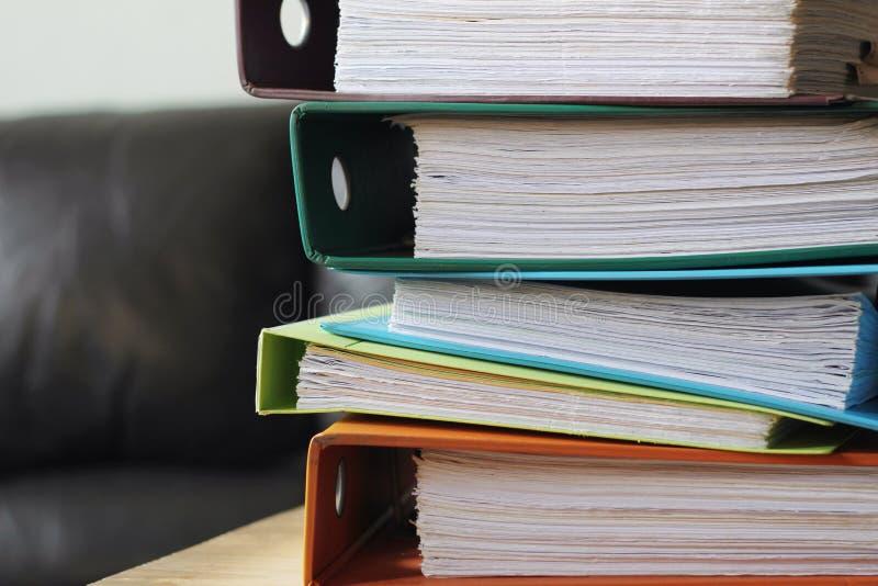 Ficheros de la contabilidad de cuentas en la tabla fotografía de archivo libre de regalías
