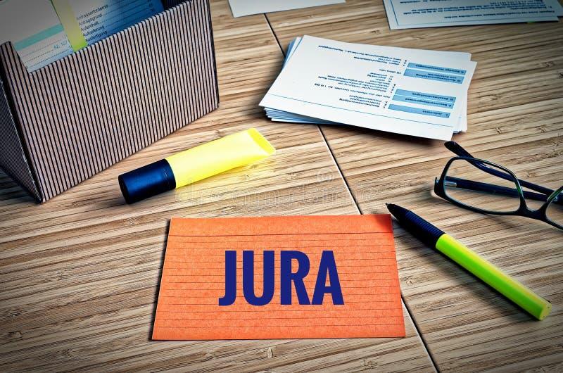 Fiches avec des thèmes légaux avec des verres, stylo et bambou et le mot allemand Jura dans la loi anglaise photos libres de droits