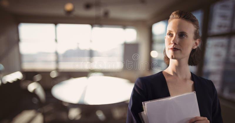 Fichiers de recopie de femme d'affaires sur le fond de bureau photos stock