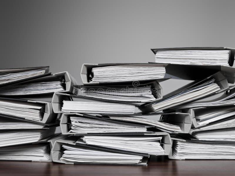 Fichiers empilés sur un bureau photographie stock libre de droits