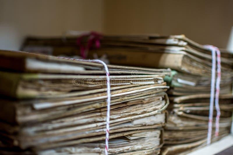 Fichiers papier dans de vieux documents de dossier ou vieille lettre photos stock
