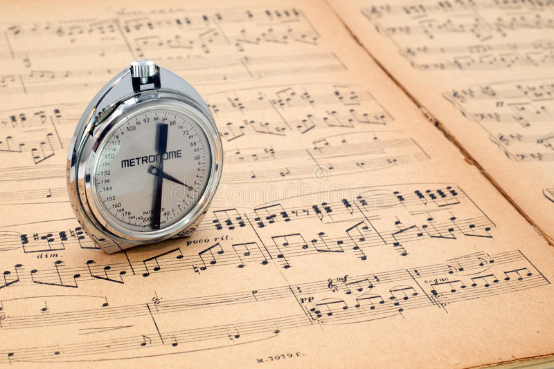 Fick- metronom på en forntida musikställning arkivbilder