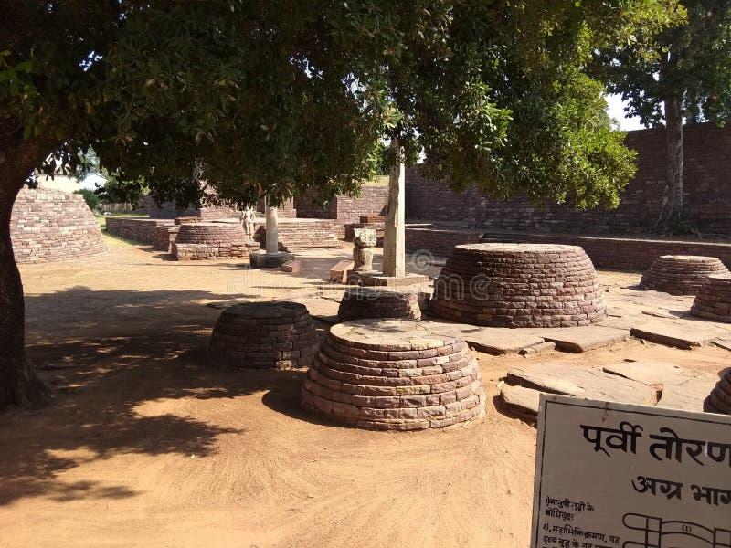Fico delle indie orientali Bhikhus piccolo Stupas, monumento buddista SANCHI, vicino a Bhopal, l'India fotografia stock