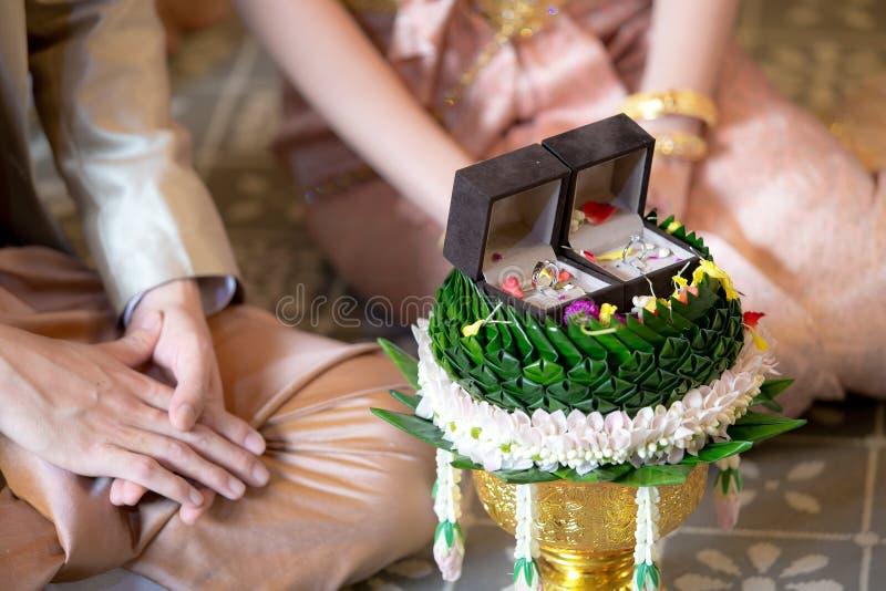 Fidanzamento e fedi nuziali/nozze tailandesi tradizionali - (Selec fotografia stock