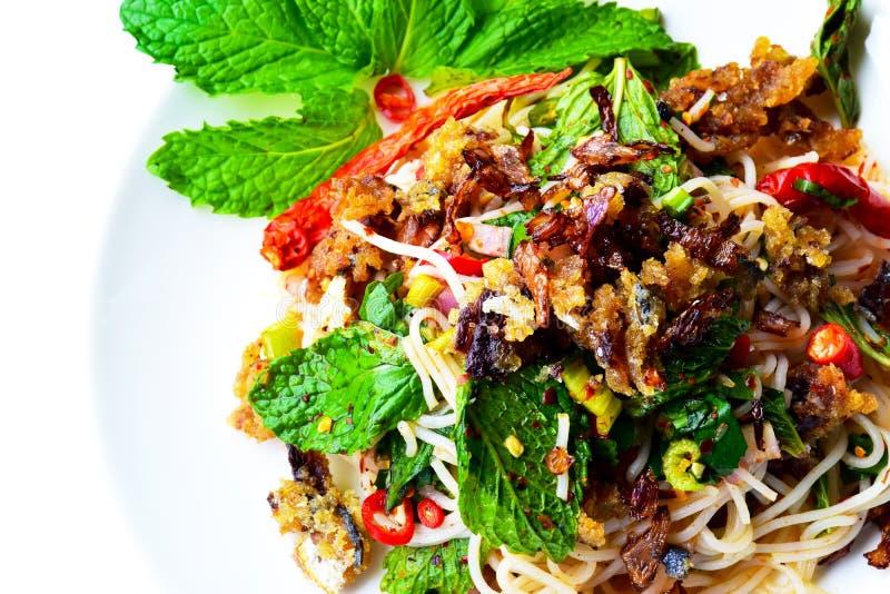 Fideos del arroz, Fried Mackerel Spicy Salad 180208 0103 imagenes de archivo
