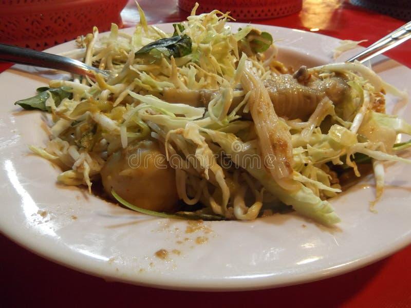 Fideos tailandeses comidos con las verduras de la mezcla del curry, comida de la calle, festival de Buda, Samutprakarn, Tailandia imagen de archivo libre de regalías