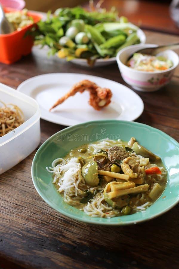 Fideos tailandeses comidos y comida tailandesa de la tradición del curry del pollo con los ingredientes y las hierbas en fondo de fotografía de archivo libre de regalías