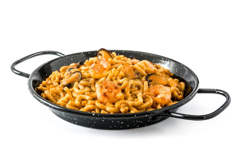 Fideua espanhol tradicional Paella do macarronete isolado foto de stock royalty free
