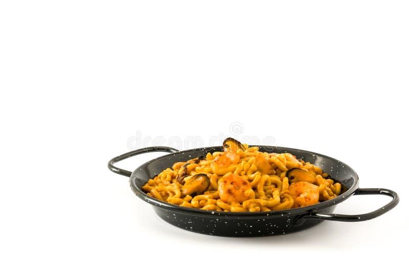 Fideua espanhol tradicional Paella do macarronete isolado no fundo branco foto de stock