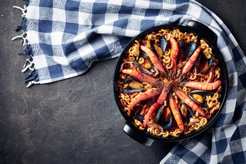 Fideua, um paella como o prato espanhol, flatlay fotografia de stock royalty free