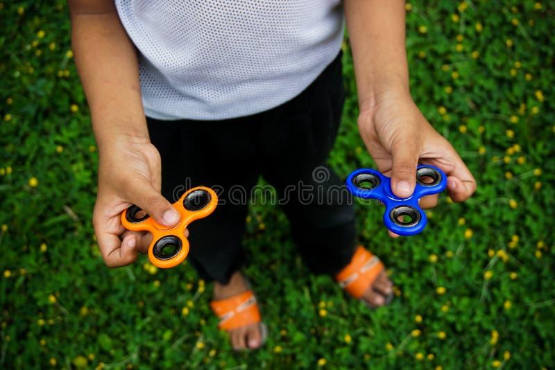 Fidget πίεση κλωστών δάχτυλων, παιχνίδι ανακούφισης ανησυχίας στοκ φωτογραφίες με δικαίωμα ελεύθερης χρήσης