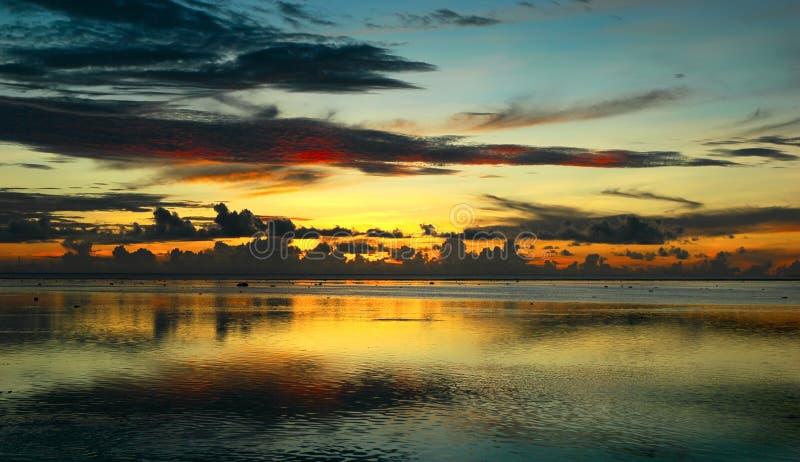 Fidschi-Sonnenuntergang nach Sturm stockfotos