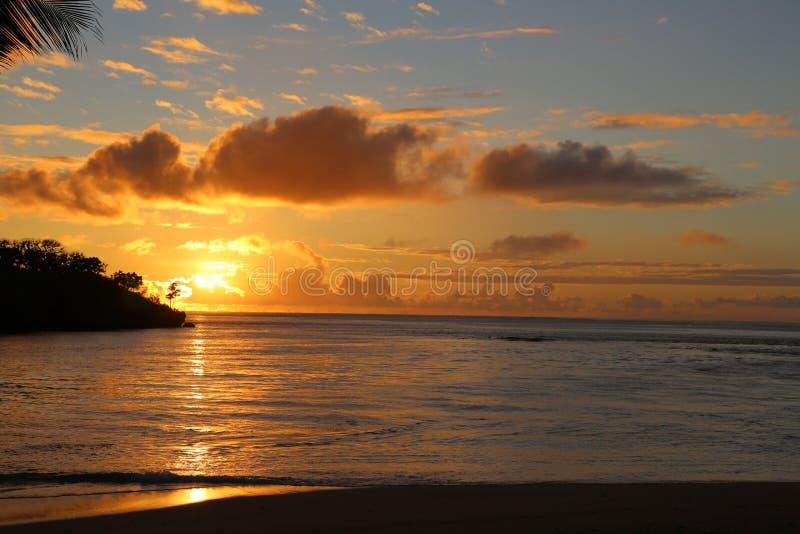 Fidschi-Strand-Sonnenuntergang stockfoto