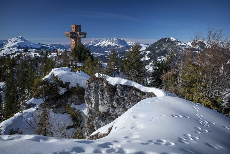 Fieberbrunn山崖Buchensteinwand,Wilder Kaiser山的观景点和冬季雪景Jakobskreuz观光点 库存图片