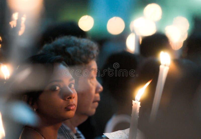 Fiel femenina en la masa del Viernes Santo foto de archivo