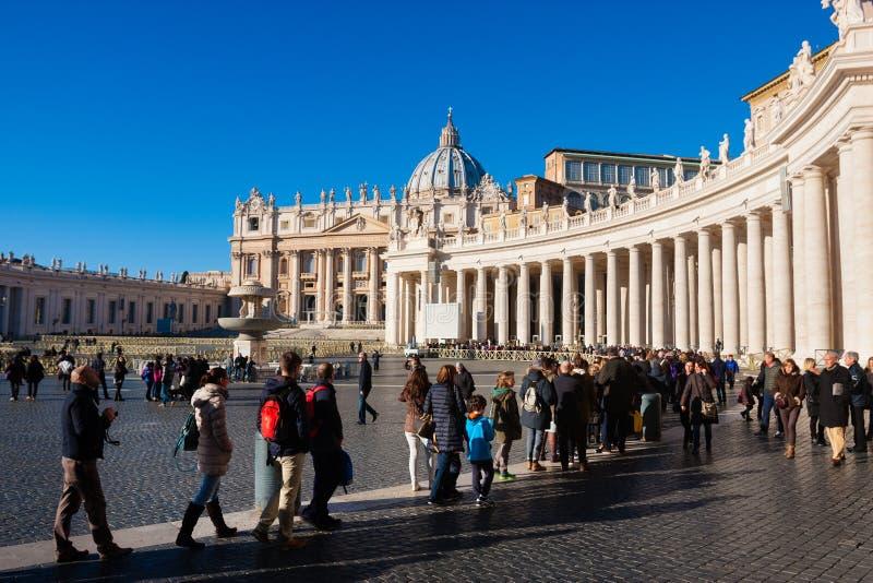 Fiel no quadrado de St Peter s Turistas religiosos da multidão imagem de stock royalty free