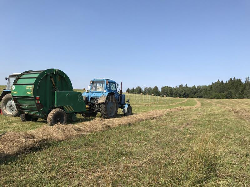 field traktoren royaltyfria bilder