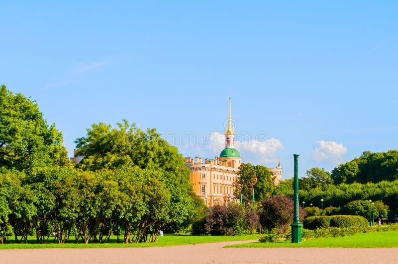 The Field van Mars - groot park in centrum van St. Petersburg en St Michael of Ingenieurskasteel in St. Petersburg, Rusland stock afbeeldingen