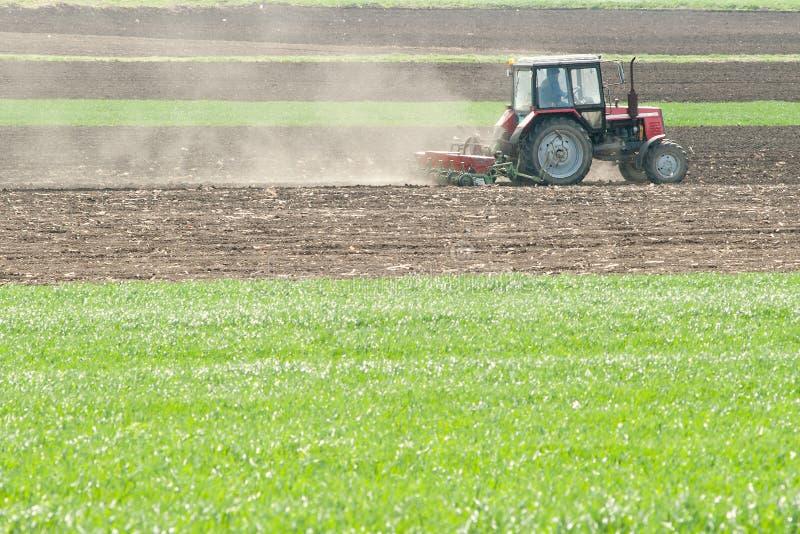 fields den ploga traktoren royaltyfria foton