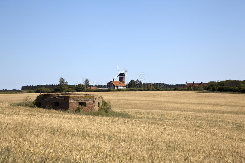 fields windmillen royaltyfri bild