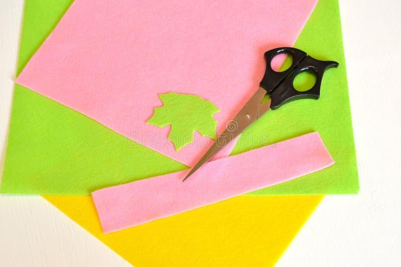 Fieltro, hoja, tijeras - cómo hacer la broche hecha a mano, equipo de costura fotografía de archivo libre de regalías
