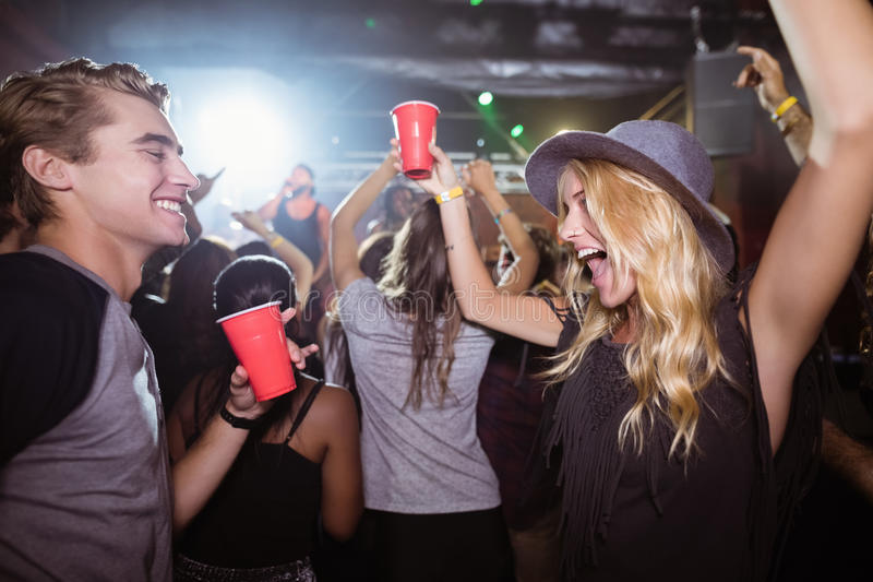 Fiends που χορεύουν στο νυχτερινό κέντρο διασκέδασης στοκ εικόνες