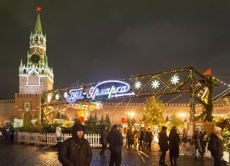 Fiera di Natale del nuovo anno, illuminazione, la gente e Cremlino di Mosca sulla notte di inverno immagine stock