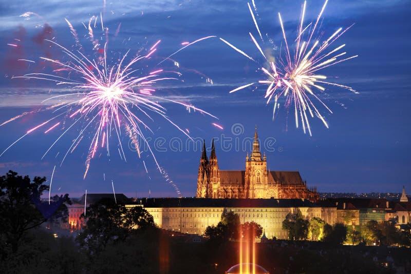 Fiereworks над замком Праги - в ноче стоковое изображение