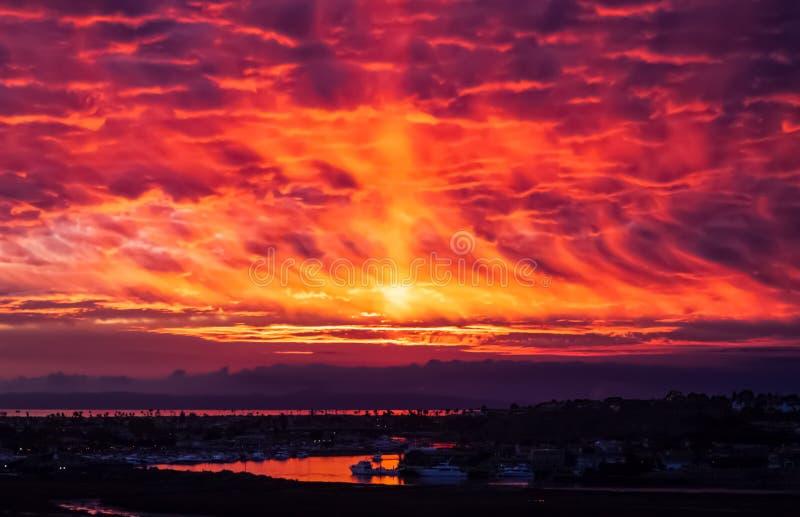 Fiery sky sunset weerspiegeld in Newport bay royalty-vrije stock foto's