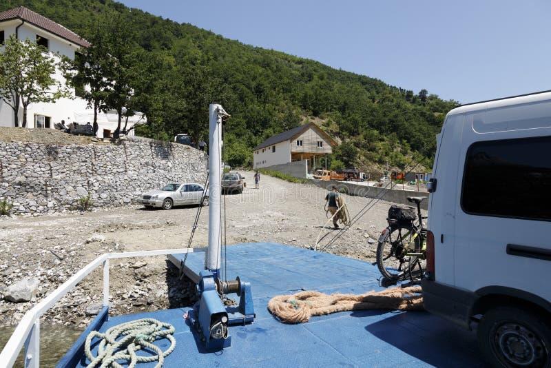 Fierza, Albanien, 7 juli 2019: Ankomst till Fierza med bilfärjan efter en resa till Komani-sjön i Albanien arkivfoton
