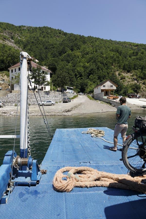 Fierza, Albanien, 7 juli 2019: Ankomst till Fierza med bilfärjan efter en resa till Komani-sjön i Albanien royaltyfri fotografi