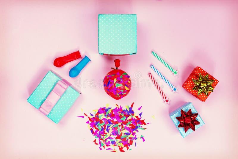 Fiesta de cumpleaños, cajas de regalo, arco rojo, caramelo colorido, endecha plana, estrellas imagen de archivo