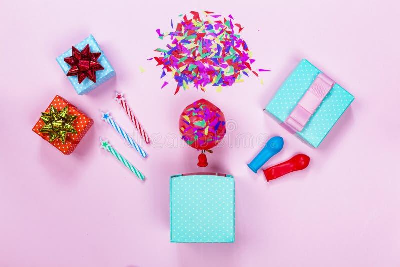 Fiesta de cumpleaños, cajas de regalo, arco rojo, caramelo colorido, endecha plana, estrellas imagenes de archivo