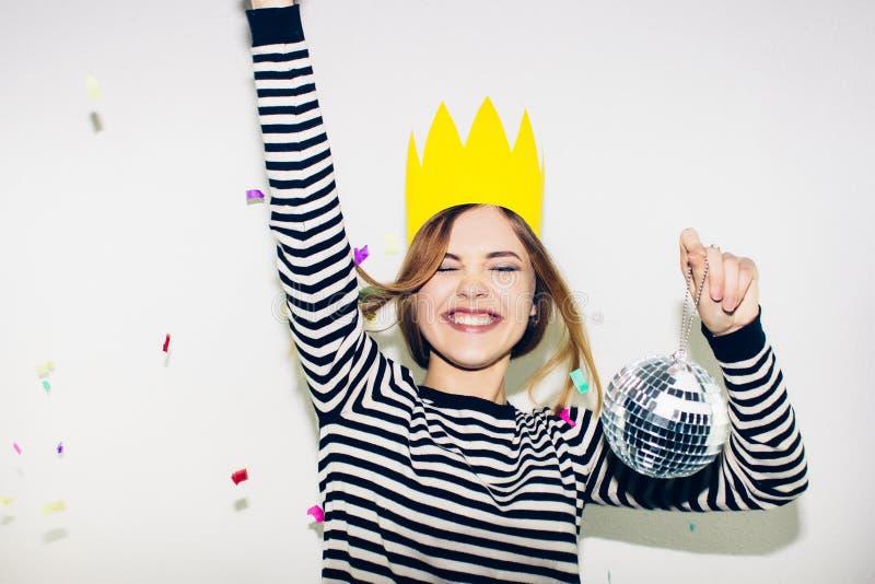 Fiesta de cumpleaños, carnaval del Año Nuevo La mujer sonriente joven en el fondo blanco que celebra evento brightful, lleva pela imágenes de archivo libres de regalías