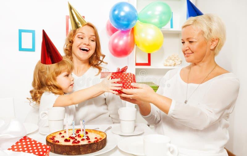 Fiesta de cumpleaños con el presente de la abuela imágenes de archivo libres de regalías