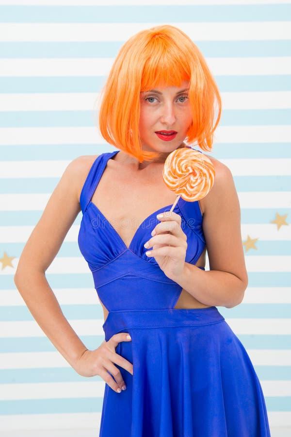 Fiesta de cumpleaños con la muchacha loca muchacha loca que sostiene la piruleta dulce en la fiesta de cumpleaños colorida muchac fotos de archivo libres de regalías