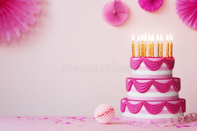 Fiesta de cumpleaños con pastel rosa intercalado fotografía de archivo libre de regalías