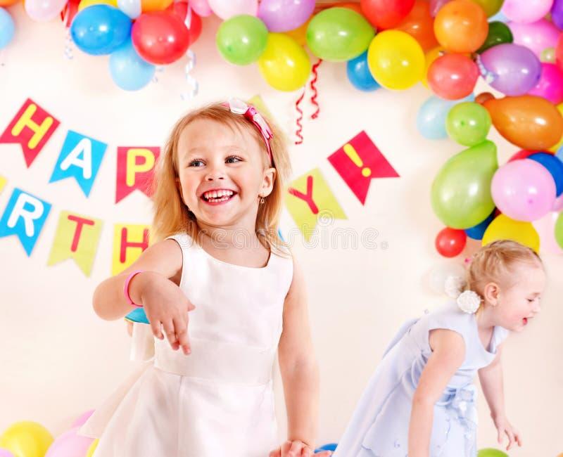Fiesta de cumpleaños del niño con la muchacha. fotografía de archivo