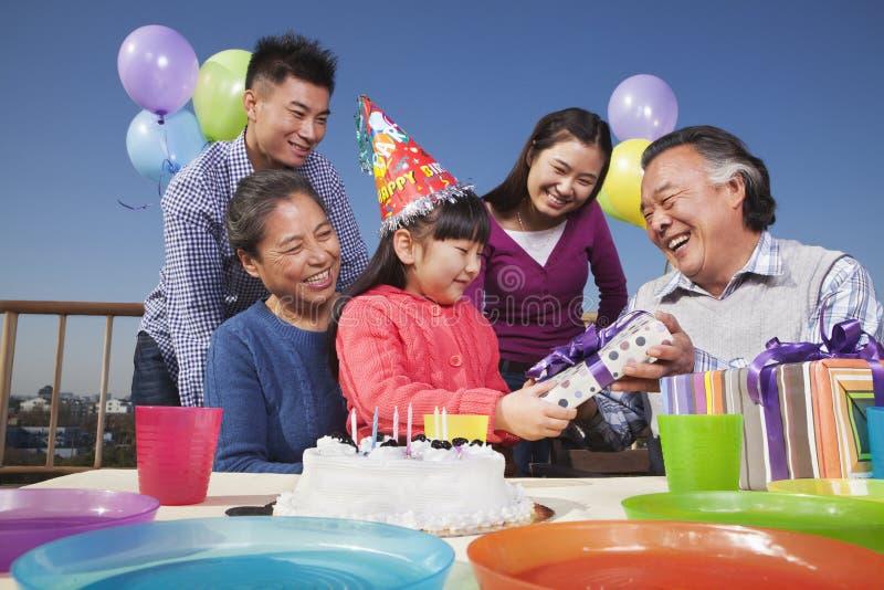 Fiesta de cumpleaños, familia multigeneración, colorida fotografía de archivo