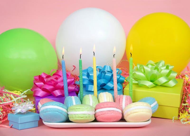Fiesta de cumpleaños de Macaron con los globos de las velas y los presentes coloridos fotografía de archivo