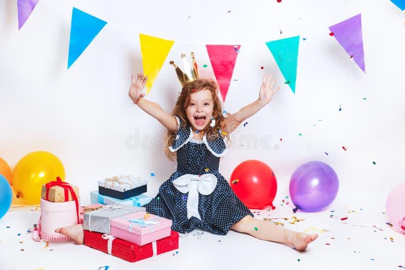 Fiesta de cumpleaños para el niño lindo Niña que lanza confeti colorido y que parece feliz en fiesta de cumpleaños fotos de archivo libres de regalías