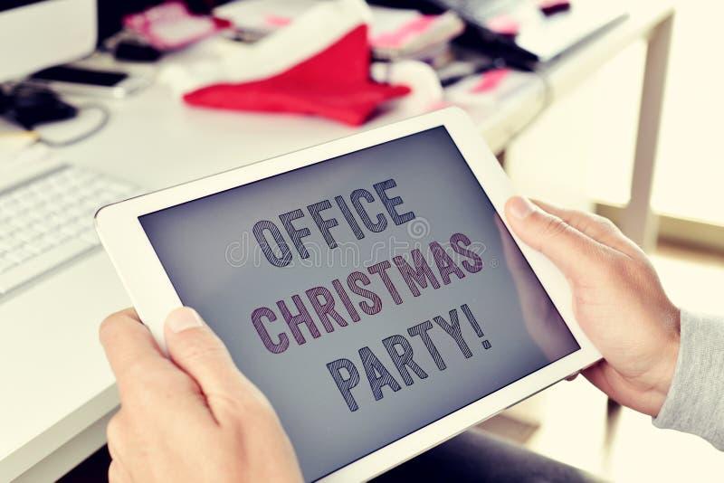 Fiesta de Navidad de la oficina del texto en una tableta foto de archivo