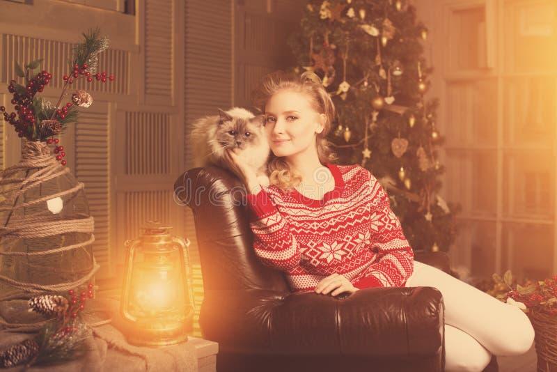 Fiesta de Navidad, mujer de las vacaciones de invierno con el gato Muchacha del Año Nuevo foto de archivo