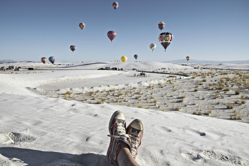 Fiesta de observación del globo de la persona en el monumento nacional de las arenas blancas, el 19 de septiembre de 2010 en Alam fotos de archivo