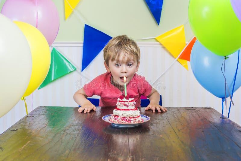 Fiesta del cumpleaños del niño adorable foto de archivo