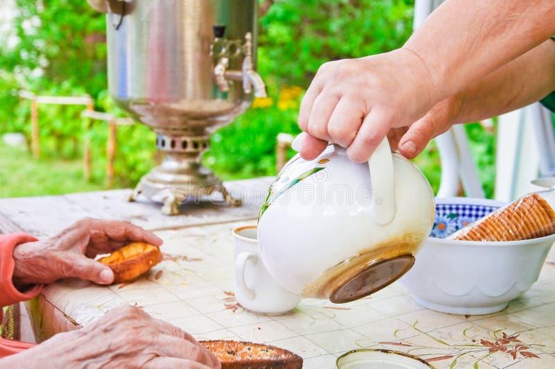 Fiesta del té en la terraza del verano con un samovar fotografía de archivo