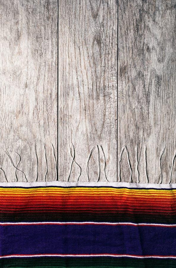 Fiesta: Eenvoudige Serape-Grens op Doorstane Houten Achtergrond